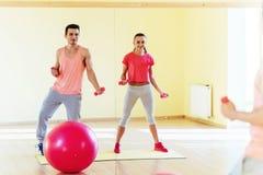 Фитнес, спорт, тренировка, спортзал и концепция образа жизни - smilin 2 Стоковая Фотография