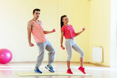 Фитнес, спорт, тренировка, спортзал и концепция образа жизни - smilin 2 Стоковое Изображение