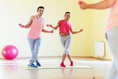 Фитнес, спорт, тренировка, спортзал и концепция образа жизни - smilin 2 Стоковая Фотография RF