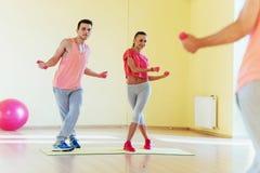 Фитнес, спорт, тренировка, спортзал и концепция образа жизни - smilin 2 Стоковые Изображения