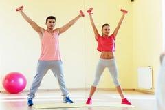 Фитнес, спорт, тренировка, спортзал и концепция образа жизни - smilin 2 Стоковые Фото