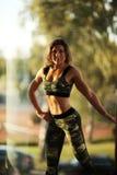 Фитнес, спорт, powerlifting женщина концепции людей sporty работая штангу Стоковые Фотографии RF