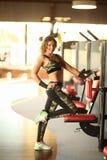 Фитнес, спорт, powerlifting женщина концепции людей sporty работая штангу Стоковое Фото