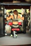Фитнес, спорт, powerlifting женщина концепции людей sporty работая штангу Стоковое фото RF