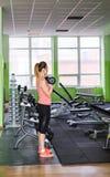 Фитнес, спорт, powerlifting и концепция людей - sporty женщина делая разминку в спортзале Стоковое Изображение RF