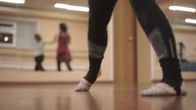 Фитнес, танцевать спорт, тренируя в спортзале, видео сток-видео