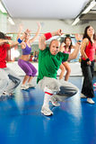 Фитнес - тренировка и разминка Zumba в спортзале Стоковые Фотографии RF