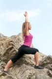 Фитнес Тренировка молодой женщины на дороге горы в красивой природе стоковое фото