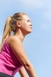 Фитнес Тренировка молодой женщины на дороге горы в красивой природе стоковая фотография rf