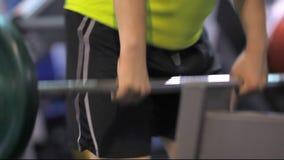 Фитнес: человек на спортзале акции видеоматериалы