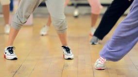 Фитнес: люди приниматься залу, ноги акции видеоматериалы