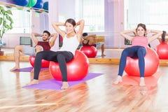 Фитнес, pilates, все деятельности при спорт, здоровое тело Стоковое Фото
