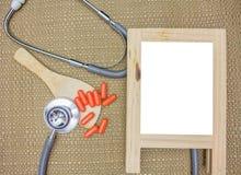 Фитотерапия в капсулах на деревянной предпосылке с космосом экземпляра для медицинской предпосылки, здоровой еды с натуральным пр стоковое изображение