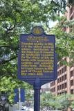 Филадельфия, 4-ое августа: Городской знак с академией естественных наук от Филадельфии в Пенсильвании Стоковое Изображение