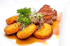 Филей с соусом кудрявой картошки и зеленого перца Стоковые Фото