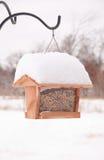 Фидер птицы заполненный вверх с семенами Стоковые Фотографии RF