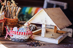 Фидер птицы с семенами в загородном доме весной Стоковые Изображения