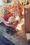 Фидер птицы с семенами на деревянном столе в уютном загородном доме, тонизированном годе сбора винограда Стоковые Изображения