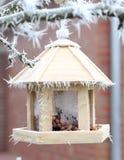 фидер птицы 3-этажа на дереве в зиме Стоковая Фотография