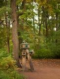 Фидер для белок и птиц в лесе Стоковое Фото