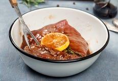 Филе говядины в поднимающем вверх лимона и розмаринового масла близкое Стоковые Фотографии RF