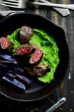 Филе овечки Помятые горохи испеченная фиолетовая картошка стоковое фото rf