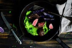 Филе овечки Помятые горохи испеченная фиолетовая картошка стоковые фото