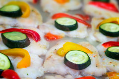 Филе рыб зажаренных в духовке и украшенных с овощами Стоковые Фото