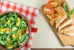 Филе цыпленка, зажаренное, с большой частью салата Стоковые Изображения