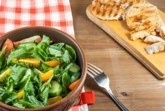 Филе цыпленка, зажаренное, с большой частью салата Стоковое Фото