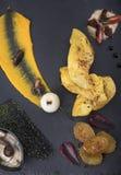 Филе цыпленка служило с пюрем тыквы и пекло картошки на взгляде плиты 3top шифера Стоковые Фото