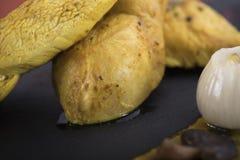 Филе цыпленка служило с пюрем тыквы и пекло картошки на плите 14close шифера вверх по съемке Стоковая Фотография