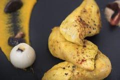 Филе цыпленка служило с пюрем тыквы и пекло картошки на плите 11close шифера вверх по съемке Стоковые Изображения
