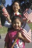 Филиппинский-американские девушки с американскими флагами, Лос-Анджелесом, Калифорнией Стоковые Фотографии RF