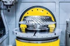 Филировальная машина CNC обрабатывает колесо турбины Стоковые Изображения RF