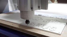 Филируя автомат для резки делает вырезывание прокладчика в пластичных знаках валюты видеоматериал
