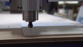 Филируя автомат для резки делает вырезывание прокладчика в пластмассе акции видеоматериалы