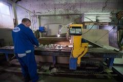 Филируя специалист работая для waterjets металла в магазине на Стоковое фото RF