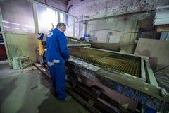 Филируя специалист работая для waterjets металла в магазине на Стоковое Фото