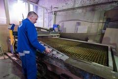 Филируя специалист работая для waterjets металла в магазине на Стоковые Изображения