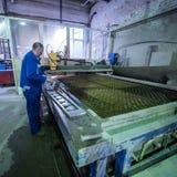 Филируя специалист работая для waterjets металла в магазине на Стоковое Изображение RF
