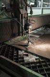 Филируя специалист работая для waterjets металла в магазине на Стоковая Фотография RF