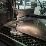 Филируя специалист работая для waterjets металла в магазине на Стоковое Изображение