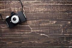 Фильм камеры на деревянной предпосылке с космосом экземпляра Стоковые Фотографии RF