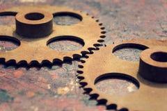 Фильтрованное изображение cogwheels на красочной древесине Стоковые Фотографии RF