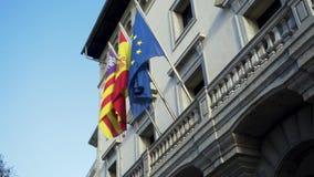 Флаги европейских стран на фасаде дома посольства шток Красочные знамена порхая в ветре на сером здании акции видеоматериалы