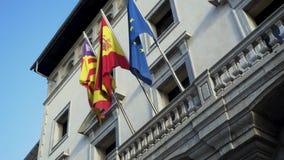 Флаги европейских стран на фасаде дома посольства шток Красочные знамена порхая в ветре на сером здании видеоматериал