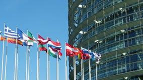 Флаги Европейского союза замедленного движения с частью парламента строя видеоматериал