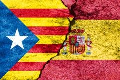 Флаги Испании и Каталонии на сломленной стене Стоковое Фото