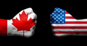 Флаги Канады и Соединенных Штатов покрашенных на 2 сжатых кулаках Стоковое Изображение RF